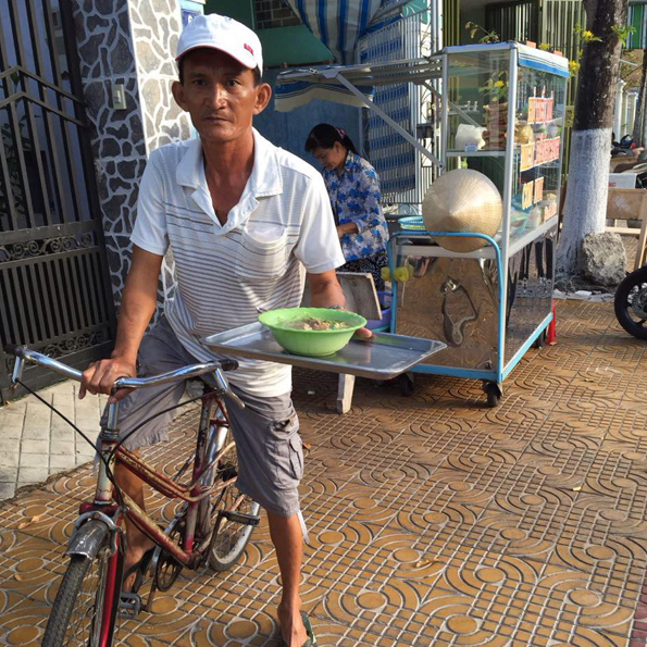 Grandma's neighbour sets up this noodle soup stall every morning. He cycles to deliver hot bowls of noodle soup up & down the street, balancing up to FIVE bowls at a time.